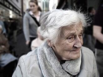 En gammel, men glad kvinde